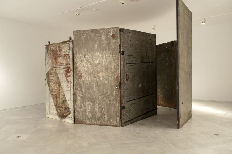 Louise Bourgeois, Cell (Arch of Hysteria), 1992-1993.  Bronze, steel, wood, canvas..  Centre Andalou d'art Contemporarin, Séville.  Photo Guillermo Mendo © VEAGP, 2013