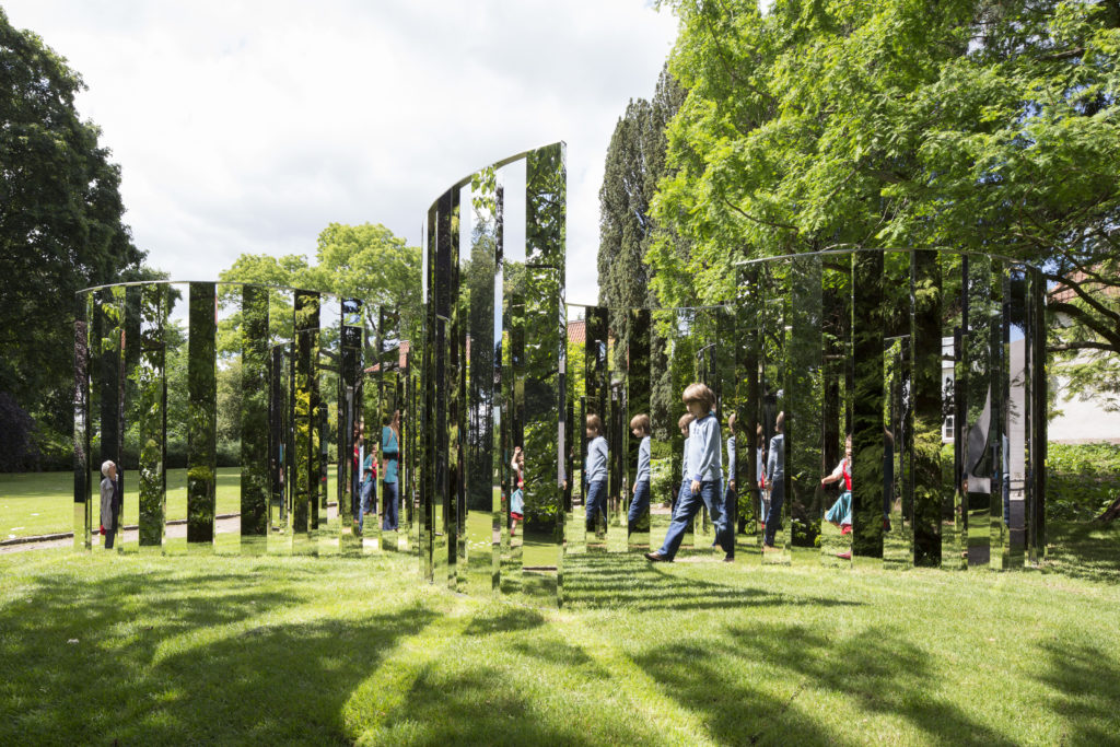Jeppe Hein, Semicircular Mirror Labyrinth II, 2013. © Jeppe Hein, courtesy of 303 Gallery, New York, KÖNIG GALERIE, Berlin, and Galleri Nicolai Wallner, Copenhagen.
